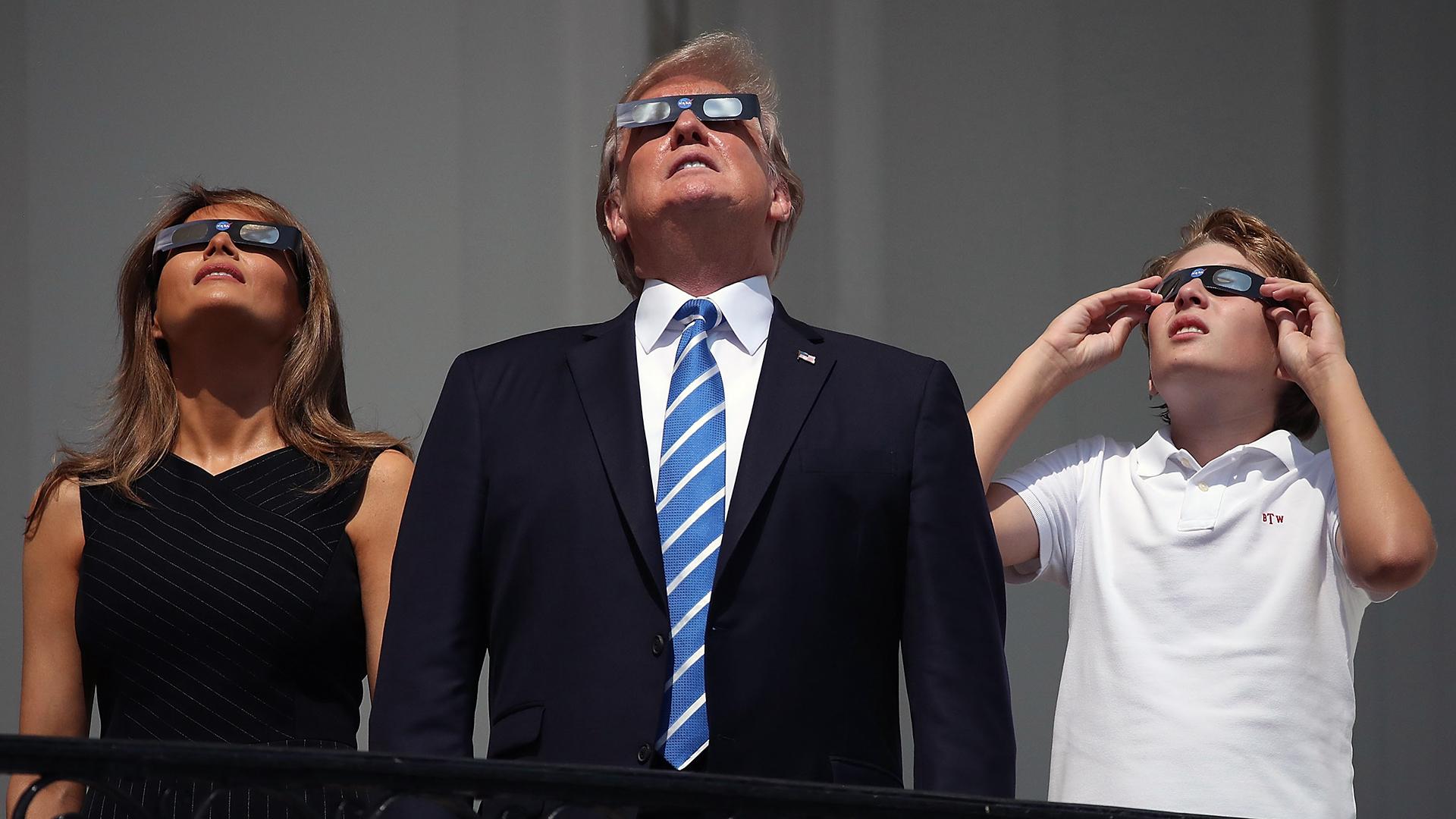 Watching solar eclipse Trump family-159532.jpg43852314