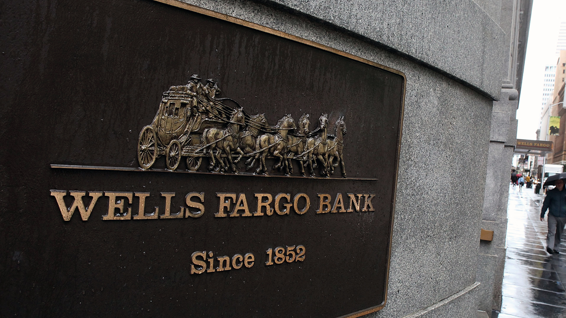 Wells Fargo Bank sign-159532.jpg94756550
