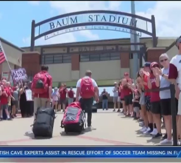 Fans_Welcome_Hogs_Home_From_College_Worl_0_20180629234714
