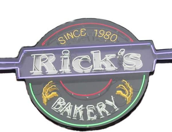 Decorating Cakes at Rick's Bakery_8084050091948723780